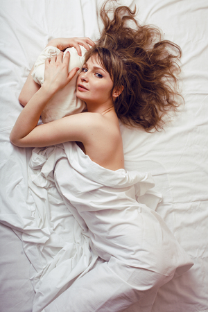marilyn monroe: pretty blond woman laying in bed like marilyn monroe seductive Stock Photo
