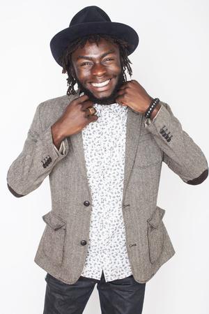 bel homme: beau jeune afro gar�on am�ricain dans l'�l�gant chapeau hipster gestes �motionnel isol� sur fond blanc