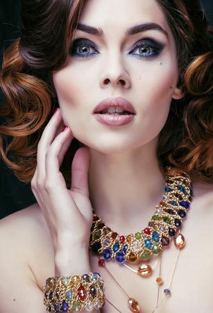 donna ricca: bellezza ricca donna con gioielli di lusso sembra maturo da vicino Archivio Fotografico