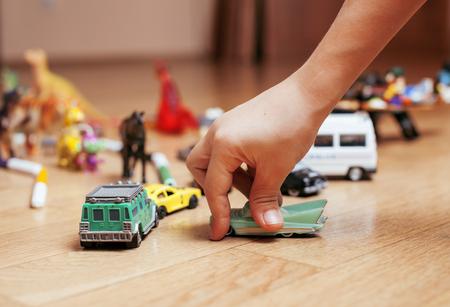 階自宅、混乱で小さな手におもちゃを遊んでいる子供たちが教育を無料します。 写真素材