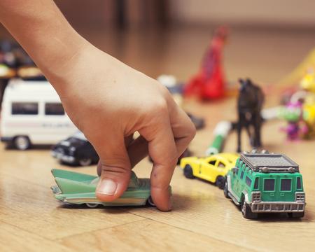 juguetes antiguos: ni�os jugando juguetes en el piso en el hogar, la manita en el comedor, la educaci�n gratuita