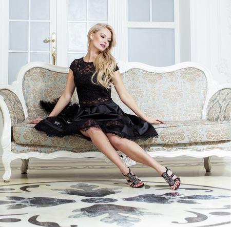 donna ricca: elegante alla moda donna bionda in bellezza ricca inter, indossa il vestito nero celebrazione sorridente vicino