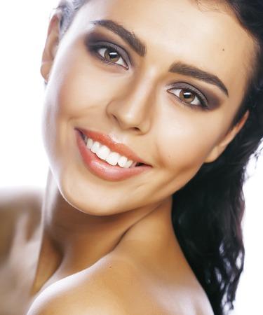 perfecta belleza verdadera mujer Morena aislada en el fondo blanco sonríe cerca para arriba de maquillaje del balneario