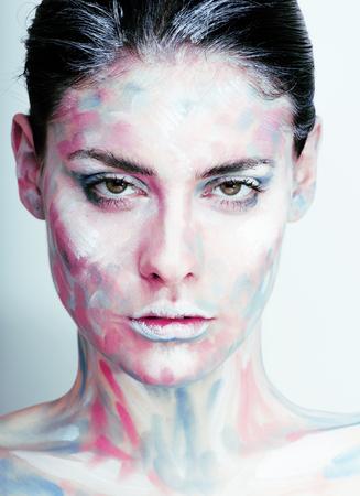 junge Frau mit kreativen Make-up wie gemaltes Ölbild auf Gesicht Nahaufnahme