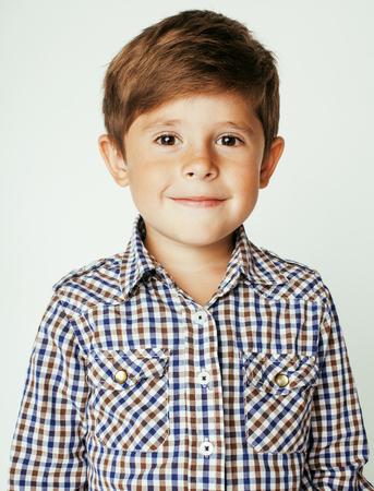 白い背景のジェスチャーを浮かべて小さなかわいい本物の少年をクローズ アップ。甘い子供 写真素材