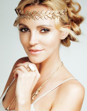 Junge, blonde Frau, wie das antike griechische göttin gekleidet, Goldschmuck Nahaufnahme isoliert. goldenen Make-up Standard-Bild - 50861203