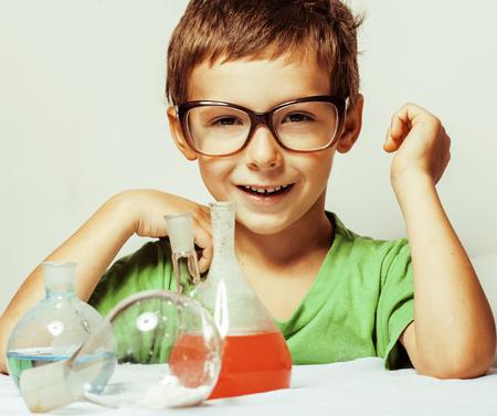 descubridor: pequeño muchacho lindo con el cristal la medicina aislado llevaba gafas sonriendo cerca niño genio de 5 años