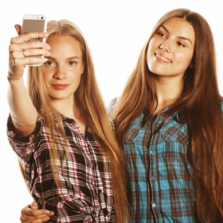 adolescentes lindos haciendo selfie aislada en blanco