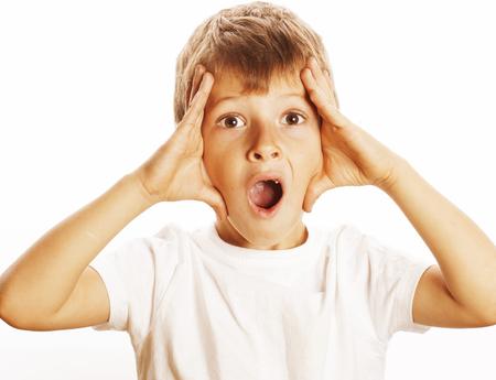 niños riendose: rostro joven niño bonito preguntándose aislado en el fondo blanco gesto de cerca a