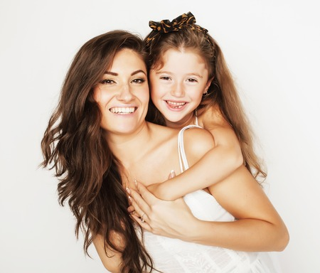 mama e hija: brillante imagen de madre e hija abrazos felices juntos, sonriendo elegante y familiar. ni�as en voz alta