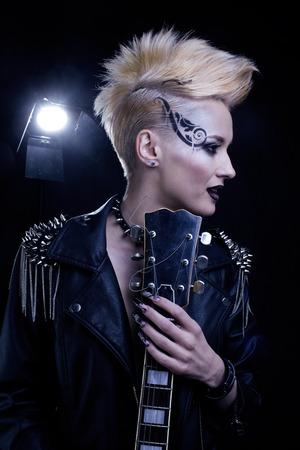 rocker girl: Retrato de la moda Rocker Estilo ni�a modelo. Peinado. Maquillaje de punk mujer, peinado y u�as negras. peinado ojos ahumados Foto de archivo