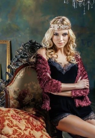 Jeune femme blonde portant couronne en inter de luxe de fées avec vides cadres anciens de la richesse totale, magie concepts riches vraies personnes Banque d'images - 58237924