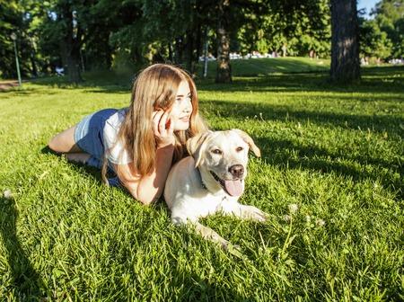 poquito: mujer joven y atractiva rubia jugando con su perro en el parque verde en verano, el estilo de vida concepto de la gente, la verdadera amistad