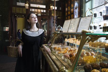 donna ricca: giovane donna ricca brunette elegante in caff� bere caff�, di lusso tra l'epoca
