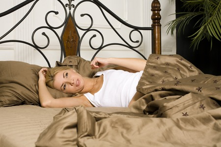 mujer rubia desnuda: young attractive real blond woman in bed sexual pose, lifestyle people concept close up
