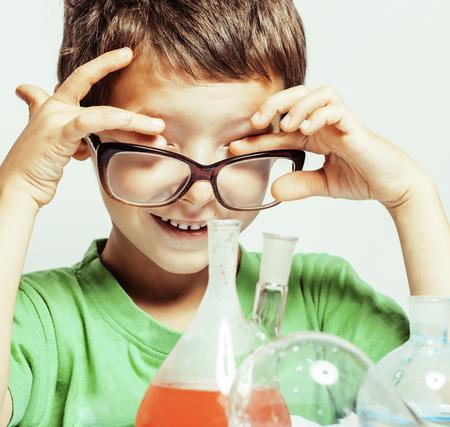 descubridor: ni�o peque�o lindo con el vidrio de la medicina aislado llevaba gafas sonriendo verdadero cient�fico genio