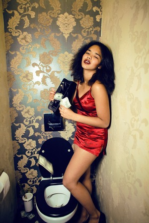 prostituta: pretty young african american woman in luxury restroom with money, like prostitute, dirty cash concept