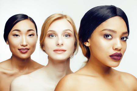 drie verschillende natie vrouw: Aziatisch, Afro-Amerikaanse, Kaukasisch samen geïsoleerd op witte achtergrond Gelukkig lachend, divers type op de huid, levensstijl mensen concept close-up