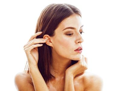 mooie jonge brunette vrouw met vitiligo ziekte close-up geïsoleerd op wit positief smiling, model problemen concept, slechte tan echte probleem