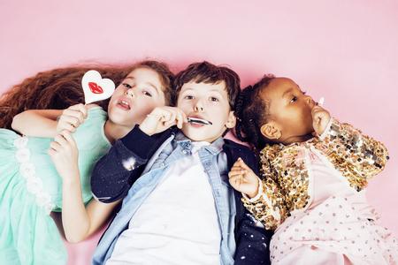 niños diferentes razas: estilo de vida de las personas concepto: niños de diversas naciones que juegan juntos, caucásico Niña africana con la celebración de dulces sonrisa feliz