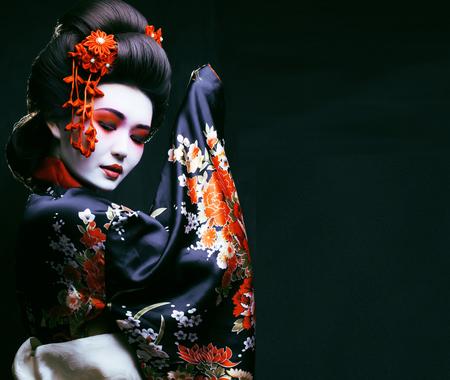 joven Geisha bonito en kimono Foto de archivo