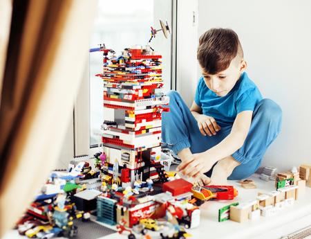 ホームの幸せな笑顔、子供たちのライフ スタイル コンセプトでレゴを弾いて少しかわいい幼児玩具します。