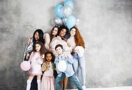라이프 스타일 및 사람들이 개념 : 젊은 꽤 다양성 국가 생일 파티에 함께 축 하하는 서로 다른 연령대 어린이 함께 행복 한 미소, selfie 만들기. 아프리