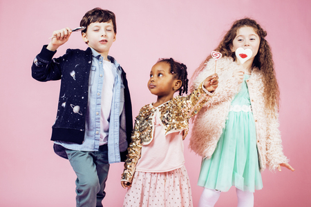 niños diferentes razas: Estilo de vida concepto de personas: nación diversos niños jugando juntos, caucásico muchacho con niña africana celebración de caramelos feliz sonriente portarretrato Foto de archivo
