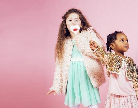 niños diferentes razas: Estilo de vida concepto de la gente: nación diversos niños jugando juntos, muchacho caucásico con la niña africana celebración de caramelo feliz sonriente de cerca