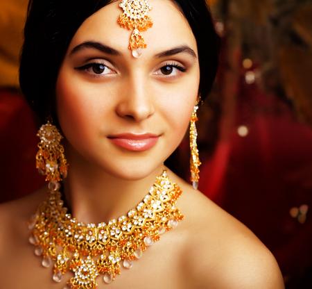 Schoonheid zoet echt Indisch meisje in Sari die op zwarte backgroun glimlacht Stockfoto - 90657622