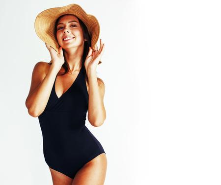 Jeune jolie femme brune portant chapeau d & # 39 ; été et maillot de bain Banque d'images - 98045860