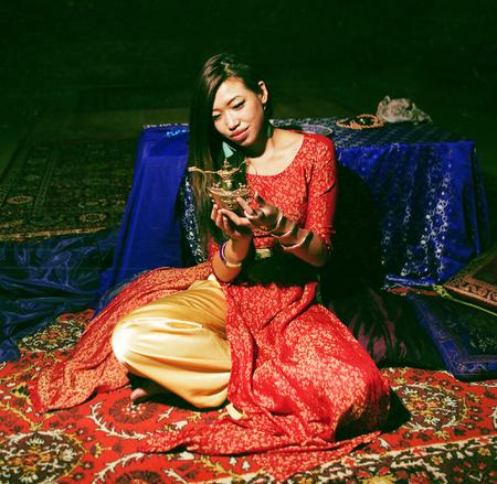 カーペットの明るい色のインテリアで若いかわいいアジアの女の子 写真素材 - 107176343