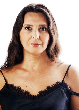 mature brune vraie femme d'âge moyen bien habillée posant souriant