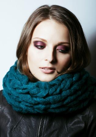 Joven mujer bastante real en suéter y bufanda por toda su cara