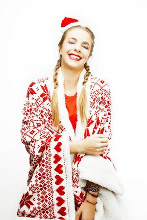 Jeune femme souriante assez heureuse à Noël au chapeau rouge du père Noël Banque d'images