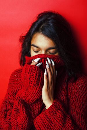 young pretty indian girl in red sweater posing emotional, fashio Zdjęcie Seryjne