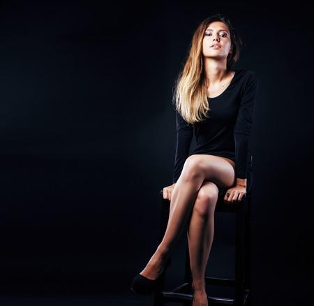 junge blonde echte Frau emotional in Depression dunkel drinnen Standard-Bild