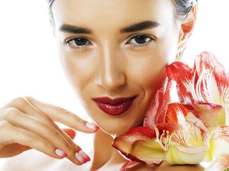 赤い花のアマリリスと若いかわいいブルネットの本当の女性