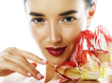 młoda ładna brunetka prawdziwa kobieta z czerwonym kwiatem amarylis