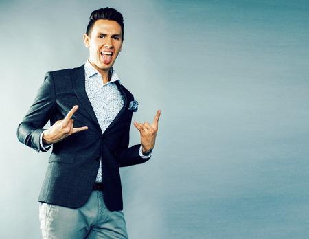 joven apuesto hombre de negocios moderno hipster posando emocionalmente Foto de archivo