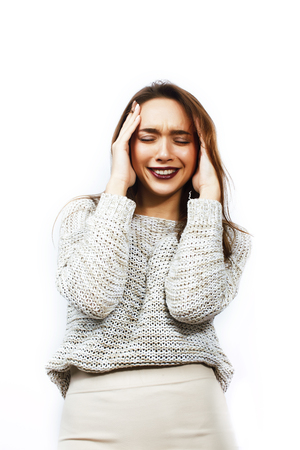 若いかわいい十代のヒップスターの女の子は、白い背景に感情的な幸せな笑顔をポーズ、ライフスタイルの人々の概念をクローズアップ