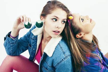 Dos mejores amigas adolescentes juntas divirtiéndose, posando emocionalmente sobre fondo blanco, mejores amigas sonriendo feliz, haciendo selfie, concepto de gente de estilo de vida