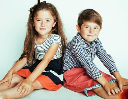 kleiner süßer Junge und Mädchen umarmen sich beim Spielen auf weißem Hintergrund, glücklich lächelnde Familie, Lifestyle-Menschen-Konzept hautnah Standard-Bild