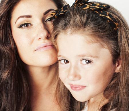 helder beeld van het knuffelen van moeder en dochter gelukkig samen, glimlachend stijlvol gezin. levensstijl mensen concept close-up
