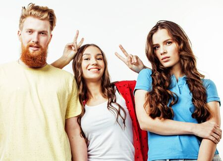 Firma von Hippie-Kerlen, von bärtigem rotem Haarjungen und von Studenten, die zusammen Spaßfreunde, verschiedene Modeart, Lebensstilleutekonzept lokalisiert auf weißem Hintergrund haben Standard-Bild
