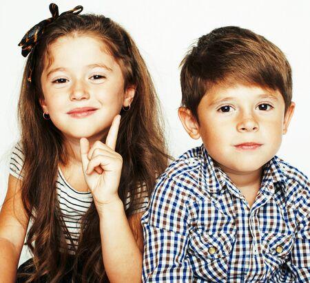 piccolo ragazzo carino e ragazza che si abbracciano giocando su sfondo bianco, famiglia sorridente felice, concetto di lifestyle persone da vicino