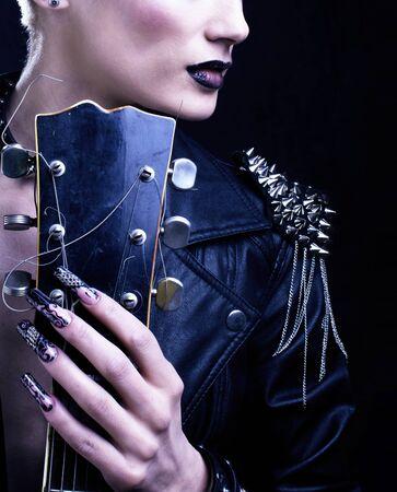 Mode rocker stijl model meisje portret. Kapsel. Punk vrouw make-up, kapsel en zwarte nagels. Rokerige ogen