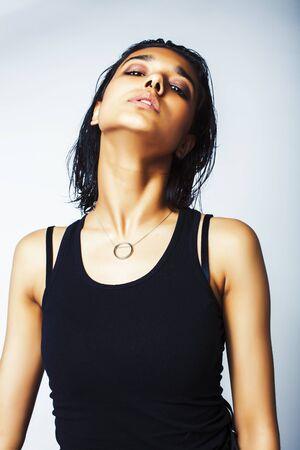 Junge hübsche indische Mädchen in modernen Freizeitkleidung posiert isoliert auf weißem Hintergrund, Lifestyle-Menschen-Konzept