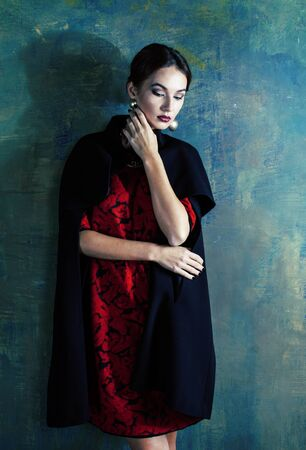 Schönheit reiche brünette Frau mit viel Schmuck, hispanische lockige Dame in reichem Luxus-Interieur