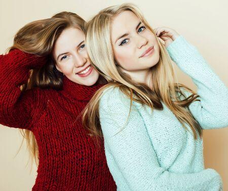 beste vrienden tienermeisjes samen plezier, emotionele poseren op witte achtergrond, besties gelukkig lachend, levensstijl mensen concept close-up. selfie maken Stockfoto